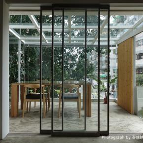 玻璃隔间带採光、树影,宛如树屋般的光影工作室